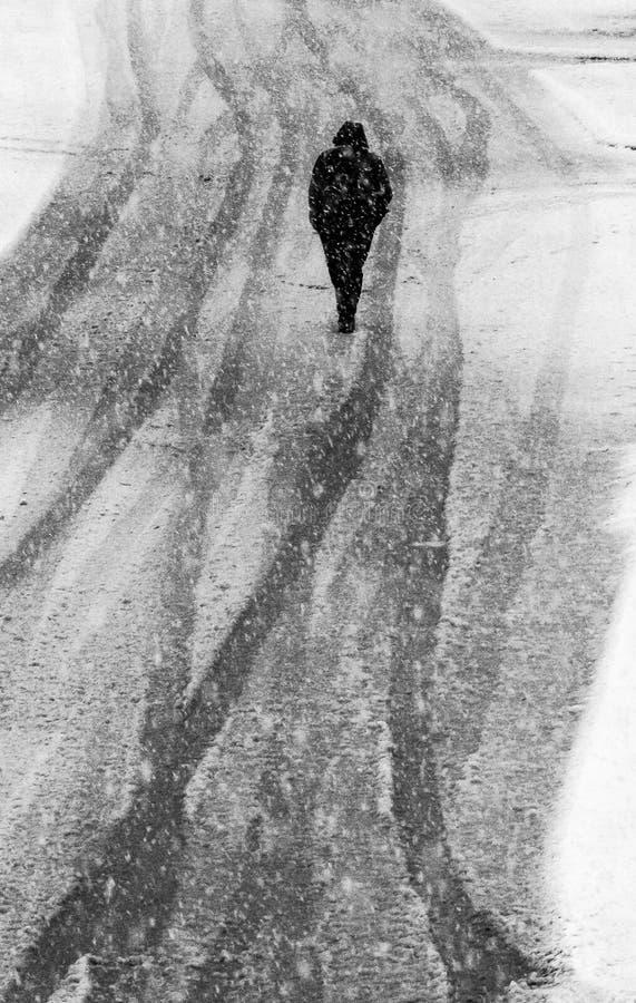 Hombre en la tormenta de la nieve foto de archivo