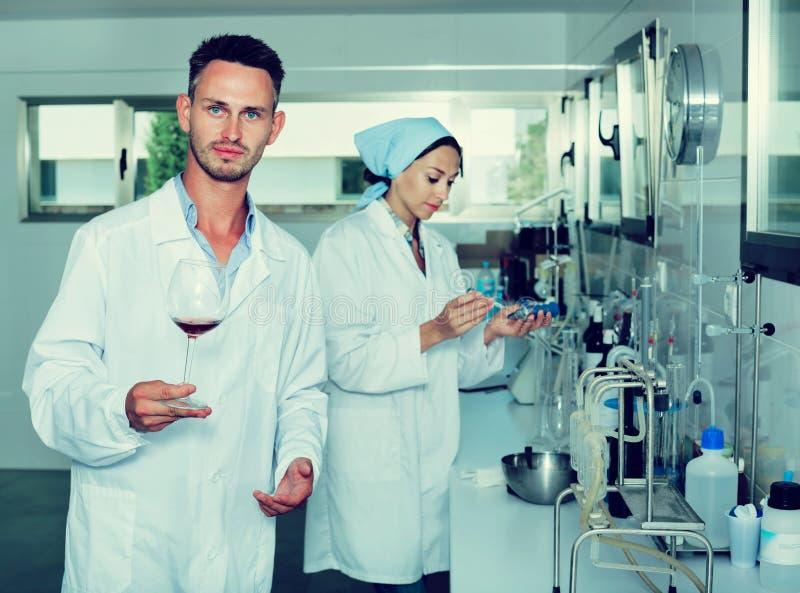 Hombre en laboratorio químico en lagar foto de archivo libre de regalías