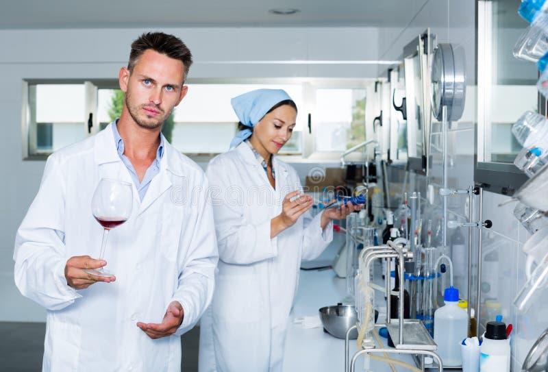 Hombre en laboratorio químico en lagar fotografía de archivo