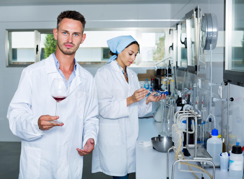 Hombre en laboratorio químico en lagar fotografía de archivo libre de regalías