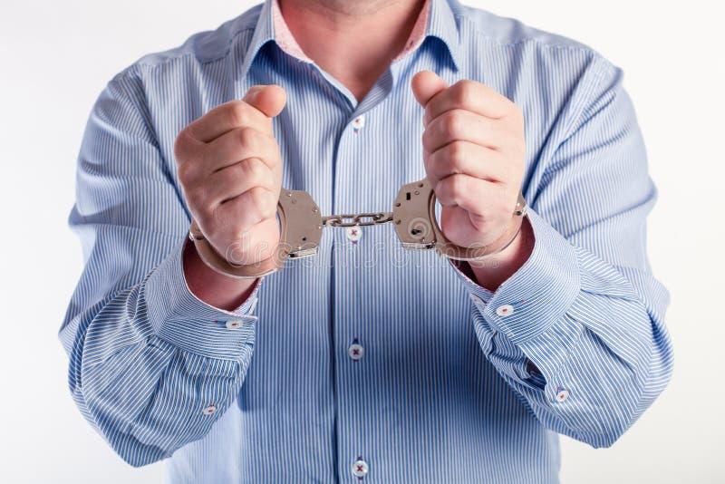 Hombre en las esposas arrestadas fotos de archivo