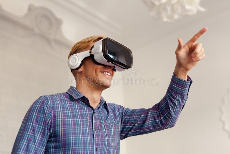 Hombre en las gafas de VR que tocan el aire foto de archivo libre de regalías