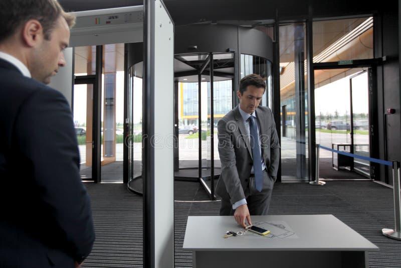 Hombre en las puertas de seguridad imagen de archivo libre de regalías
