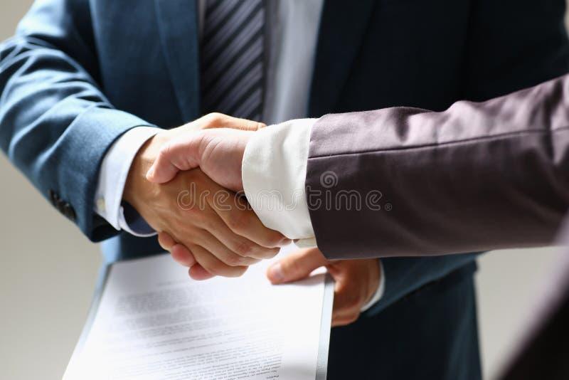 Hombre en mano de la sacudida del traje como hola en primer de la oficina foto de archivo