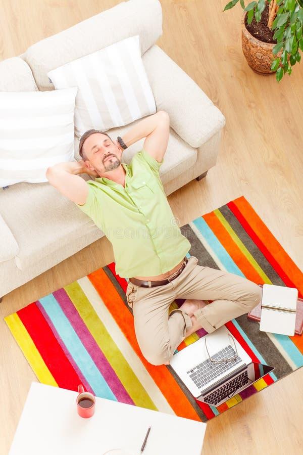Hombre en negocio corriente del ordenador portátil del hogar foto de archivo libre de regalías