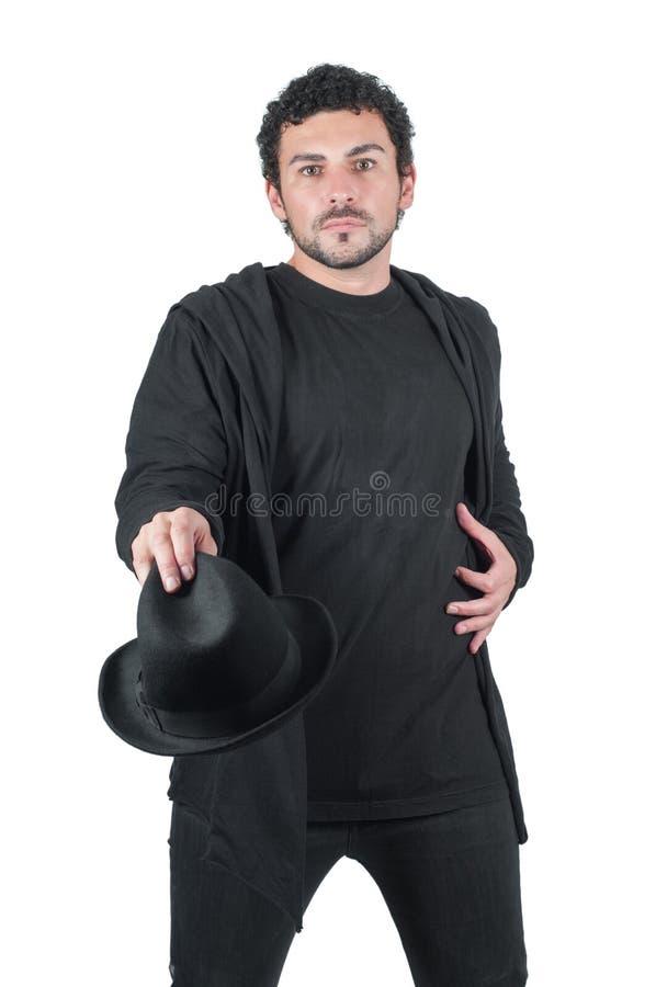 Hombre en negro con su sombrero negro imagen de archivo