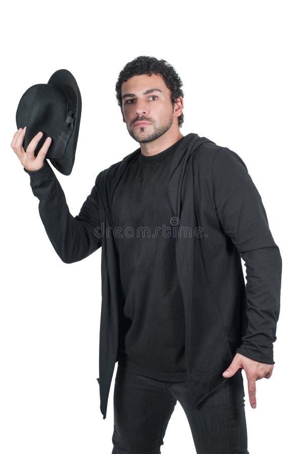 Hombre en negro con su sombrero negro imagenes de archivo