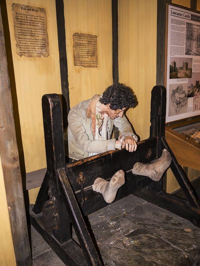Hombre en objeto expuesto de la acción del castigo en el museo de la ciudad en Lancaster Inglaterra en el centro de la ciudad fotografía de archivo libre de regalías