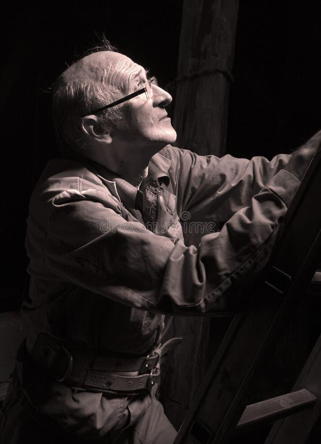 Hombre en obscuridad y luz foto de archivo