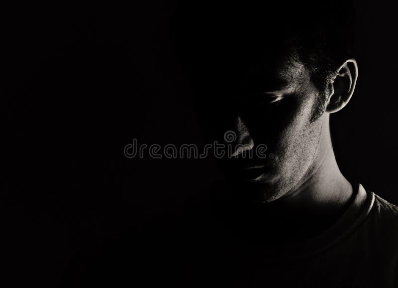 Hombre en oscuridad imagenes de archivo
