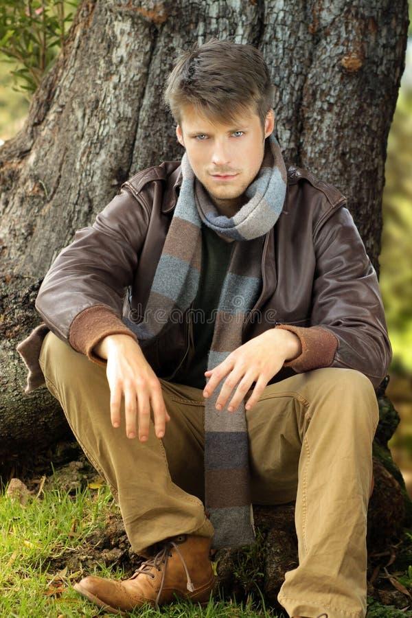 Hombre en otoño imagenes de archivo