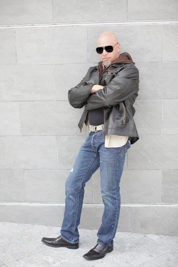 Hombre en pantalones vaqueros y una chaqueta de cuero imagenes de archivo
