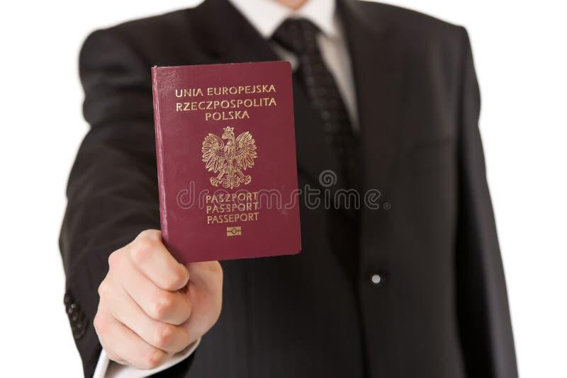 Hombre en pasaporte de la explotación agrícola del juego foto de archivo libre de regalías