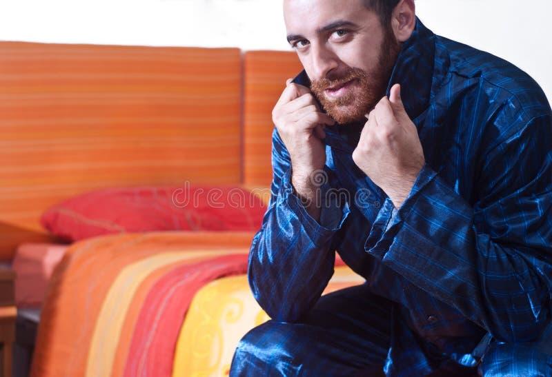 Hombre en pijamas foto de archivo libre de regalías