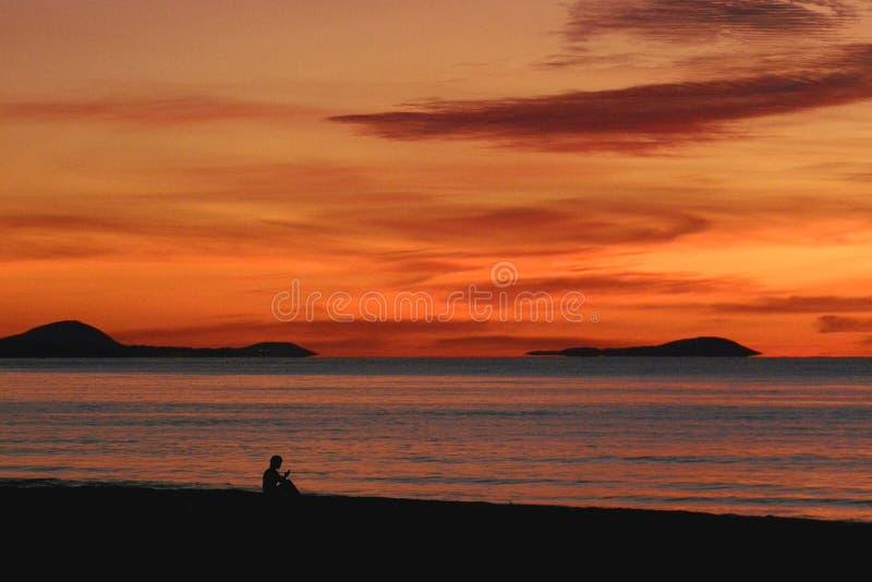 Hombre en puesta del sol fotografía de archivo libre de regalías