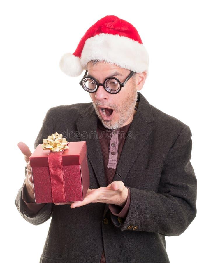Hombre en regalo grueso de la Navidad de la sorpresa de los vidrios foto de archivo