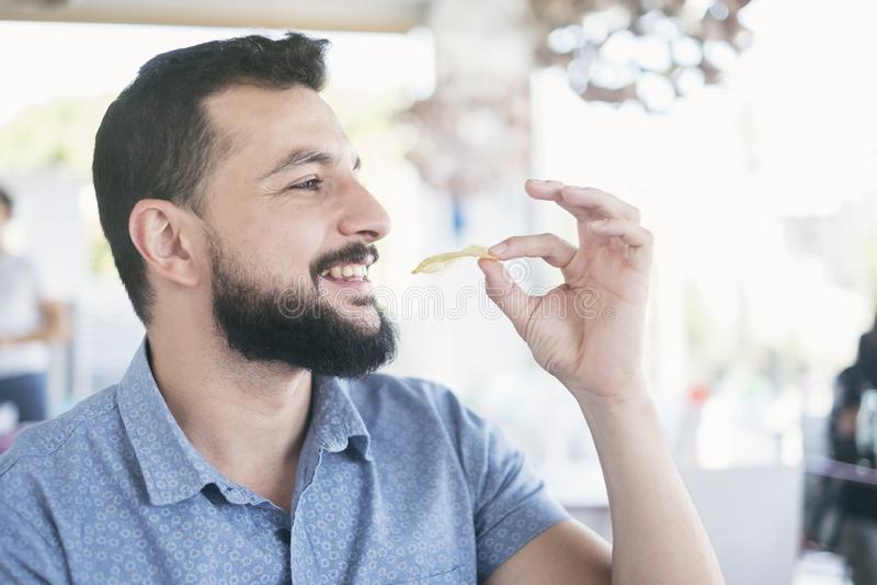 Hombre en restaurante que come microprocesadores fotos de archivo libres de regalías