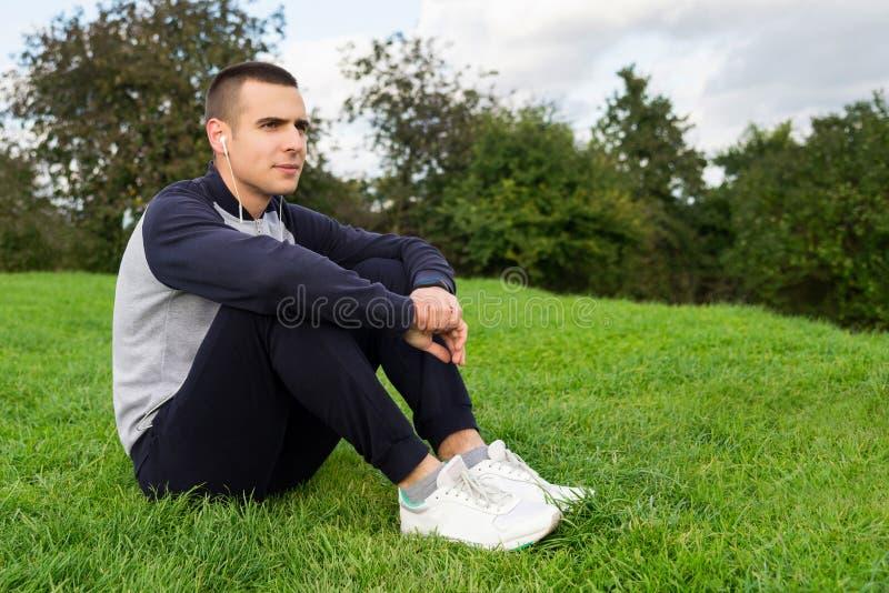 Hombre en ropa de los deportes en hierba foto de archivo libre de regalías