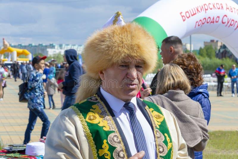 Hombre en ropa nacional bashkir fotografía de archivo