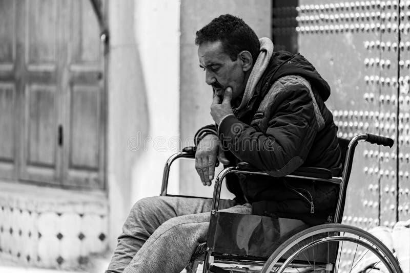 Hombre en sillas de ruedas en Marruecos imagenes de archivo