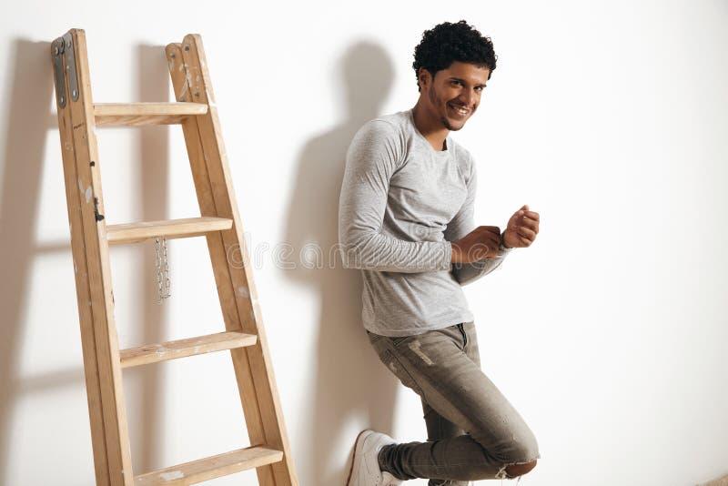 Hombre en sistema clotching gris de la maqueta del brezo en blanco foto de archivo