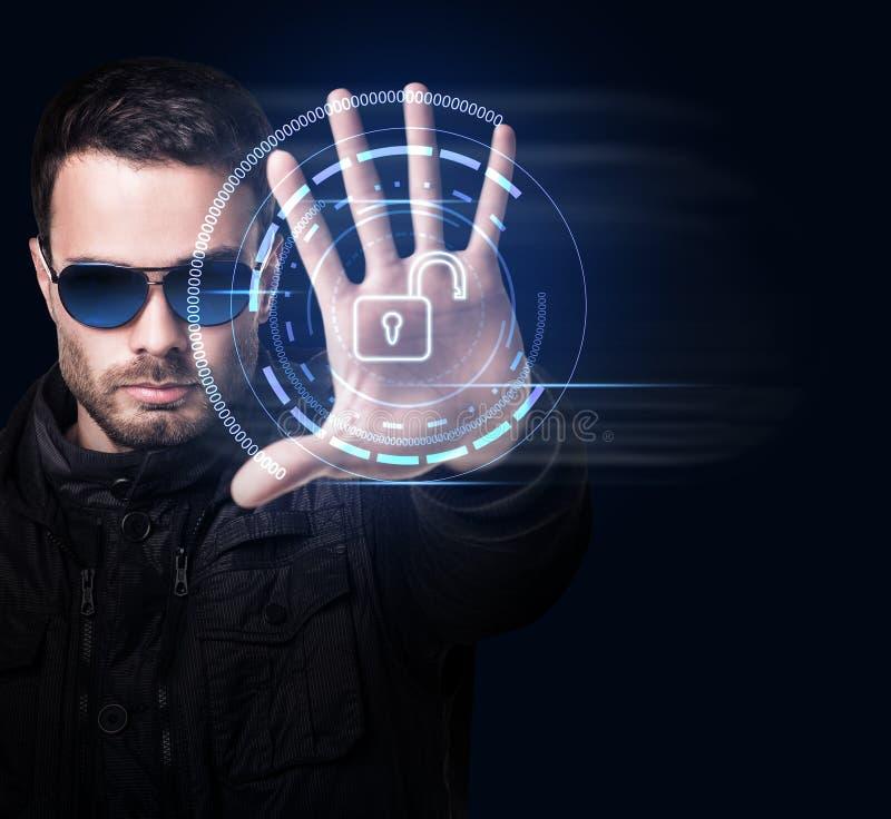 Hombre en sistema virtual de los controles de las gafas de sol a mano foto de archivo libre de regalías