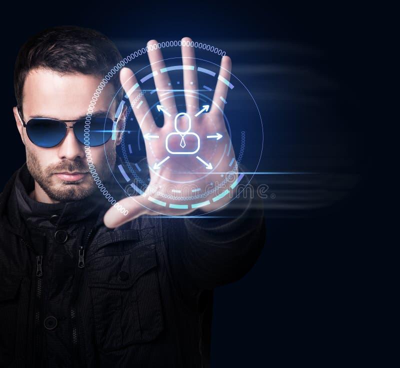 Hombre en sistema virtual de los controles de las gafas de sol a mano imagen de archivo libre de regalías