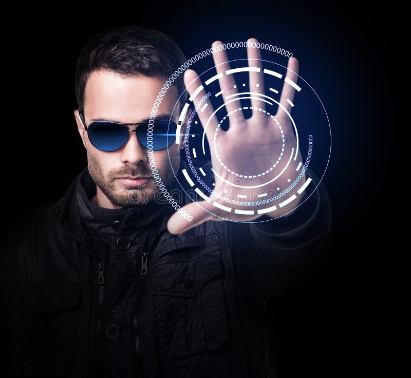 Hombre en sistema virtual de los controles de las gafas de sol a mano imagenes de archivo