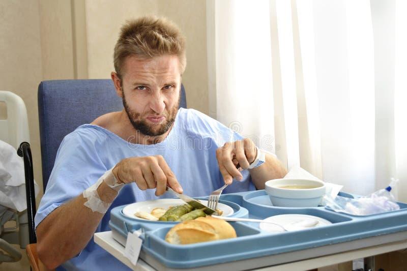 Hombre en sitio de hospital que come la comida de la clínica de la dieta sana en la expresión cambiante de la cara del trastorno fotos de archivo libres de regalías