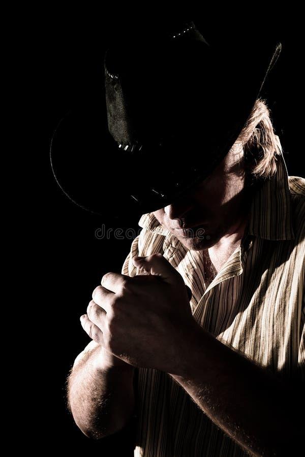 Hombre en sombrero de vaquero con la pista inclinada imagen de archivo libre de regalías