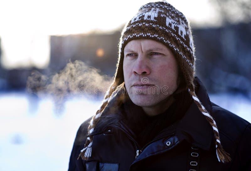 Hombre en sombrero del invierno fotos de archivo