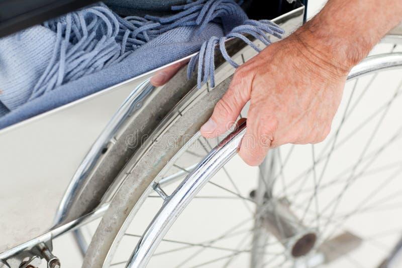 Hombre en su sillón de ruedas imagen de archivo