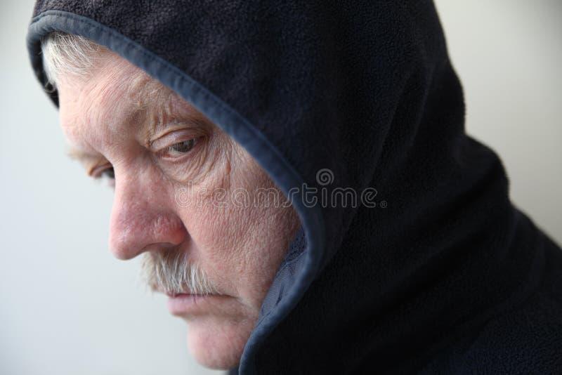 Hombre en sudadera con capucha negra fotografía de archivo