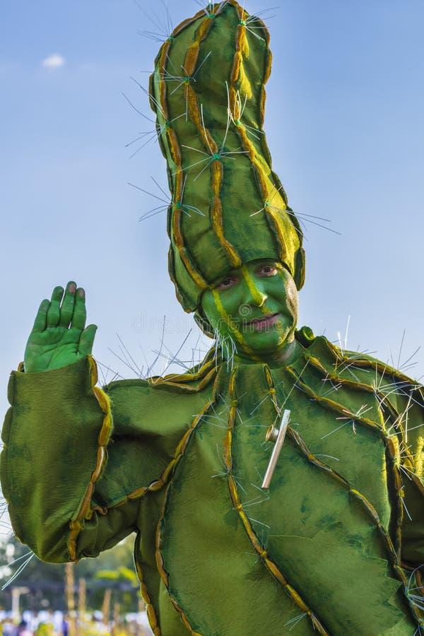 Hombre en traje del cactus fotos de archivo