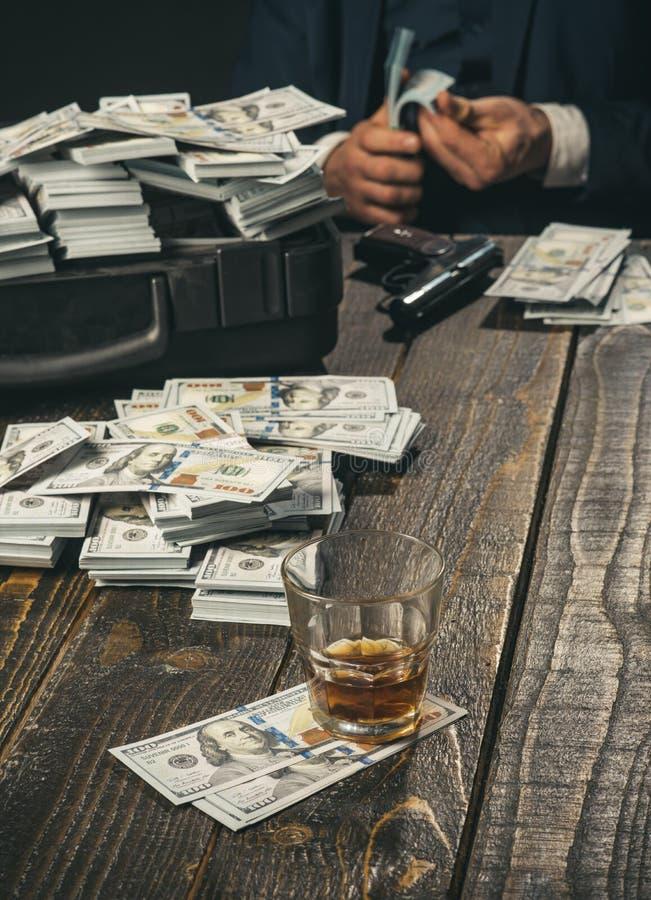 Hombre en traje mafia Fabricación del dinero Transacción del dinero Trabajo del hombre de negocios en oficina del contable concep imagen de archivo libre de regalías