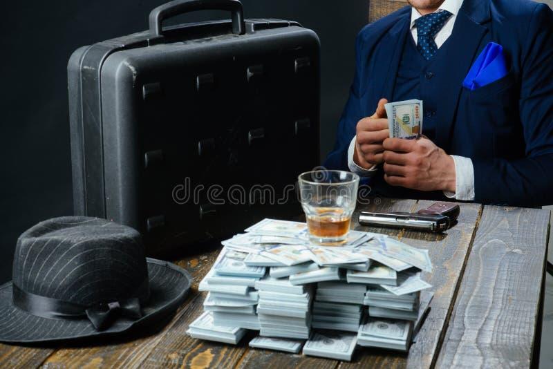 Hombre en traje mafia Fabricación del dinero Transacción del dinero Trabajo del hombre de negocios en oficina del contable concep imágenes de archivo libres de regalías