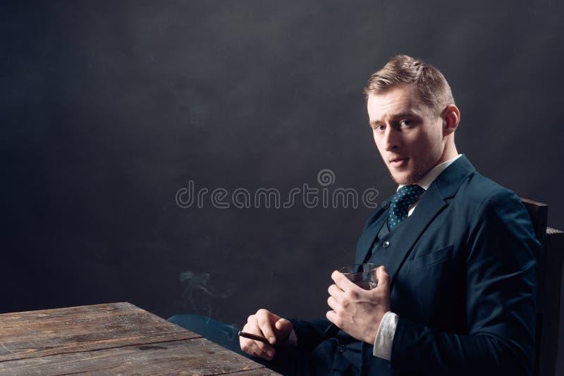 Hombre en traje mafia Fabricación del dinero Transacción del dinero Trabajo del hombre de negocios en oficina del contable concep fotografía de archivo