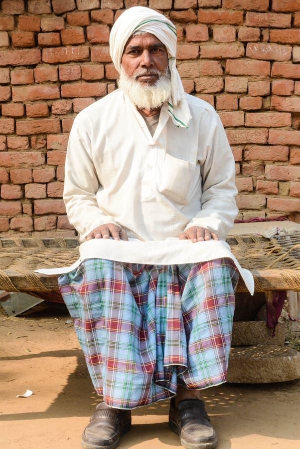 Hombre en traje tradicional en pueblo indio fotografía de archivo