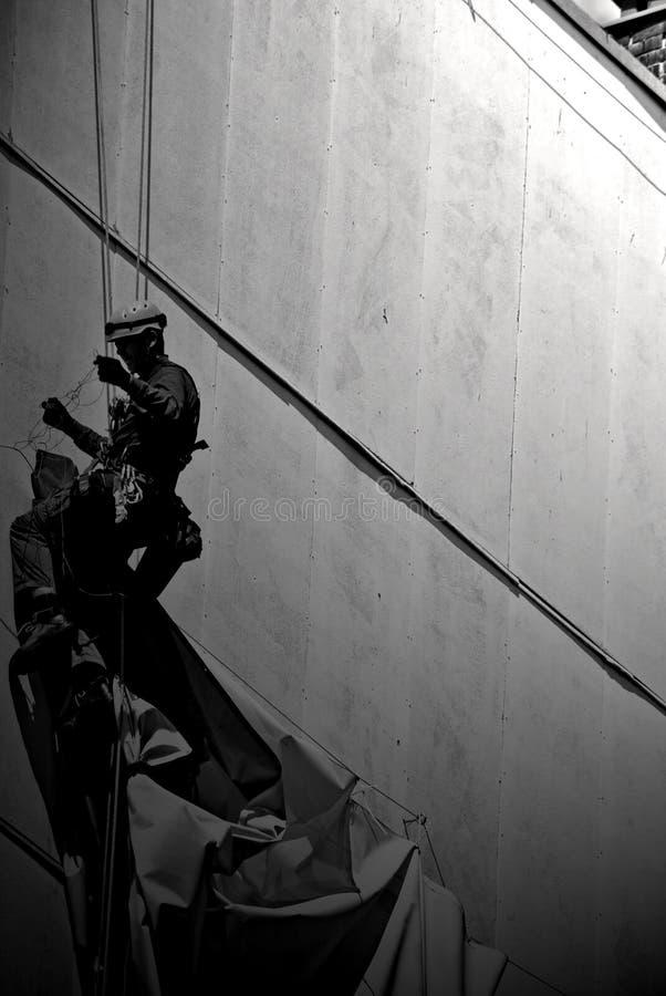 Hombre en un edificio