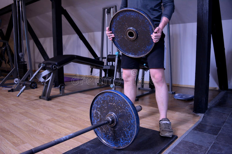 Hombre en un gimnasio o un club de deporte imagen de archivo libre de regalías