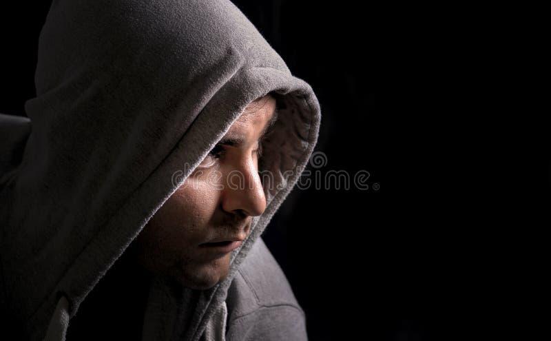 Hombre en un hoodie fotos de archivo
