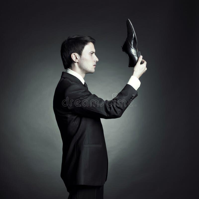 Hombre en un juego elegante y zapatos a disposición imagen de archivo libre de regalías
