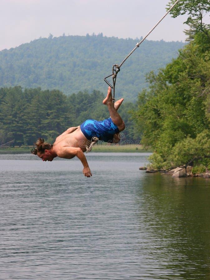 Hombre en un oscilación del lago fotos de archivo libres de regalías