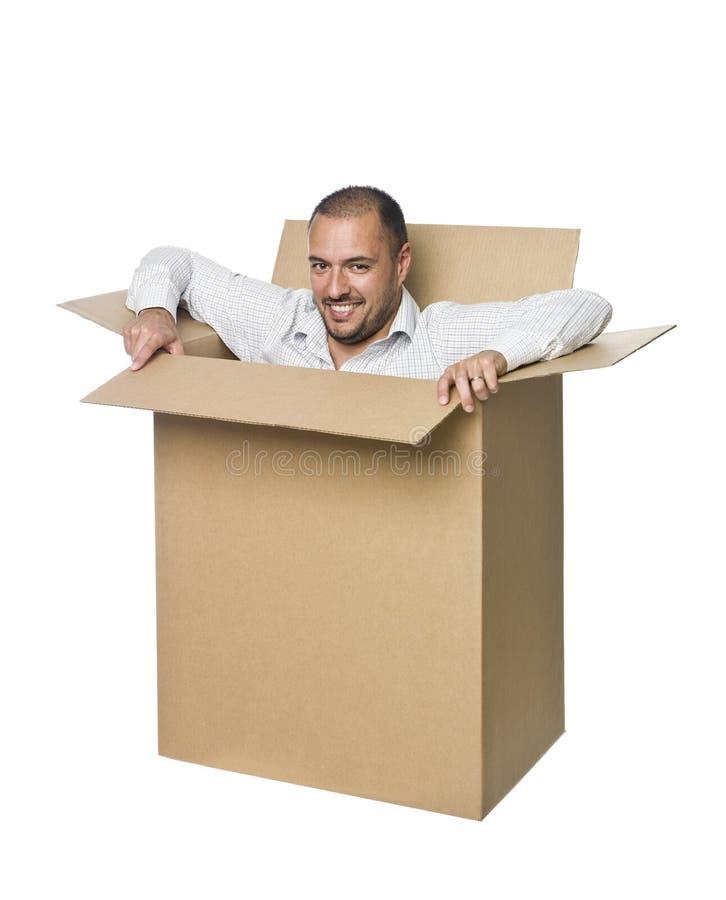 Hombre en una caja de cartón. fotografía de archivo libre de regalías