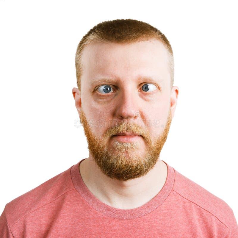 Hombre en una camisa rosada con un vistazo lateral fotografía de archivo