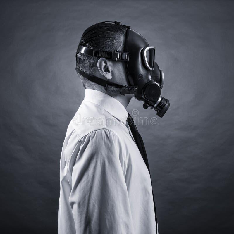 hombre en una careta antigás foto de archivo