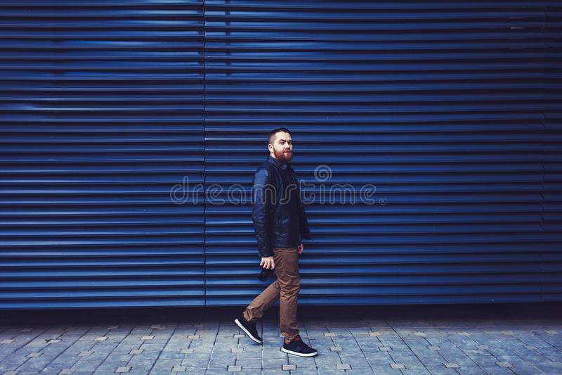 Hombre en una chaqueta de cuero foto de archivo