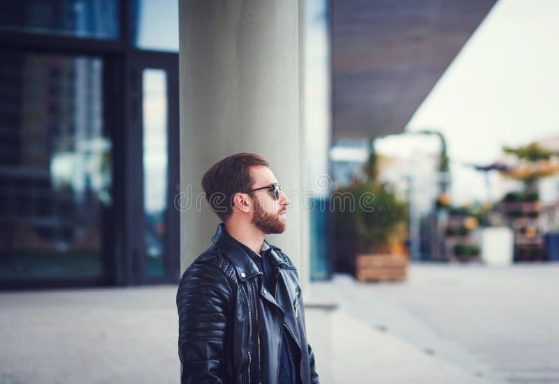 Hombre en una chaqueta de cuero elegante imagen de archivo libre de regalías