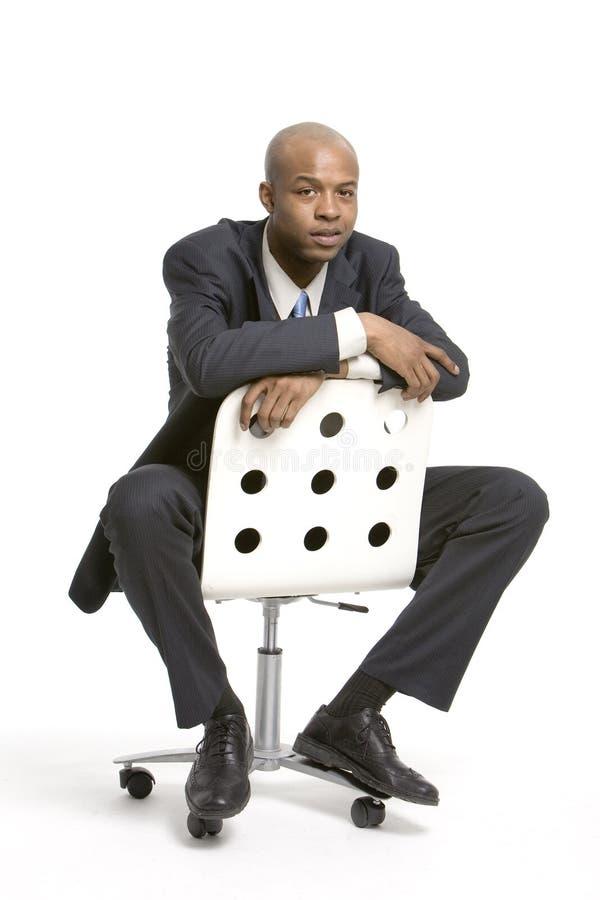 Hombre en una silla de la oficina imagenes de archivo