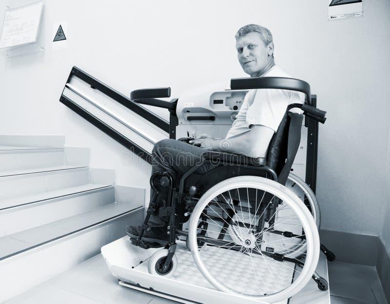 Hombre en una silla inválida fotos de archivo